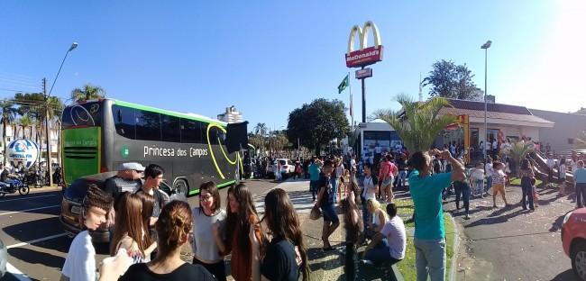 Ônibus disponibilizado pela Princesa dos Campos para o transporte das crianças da Uopeccan até o McDonald's