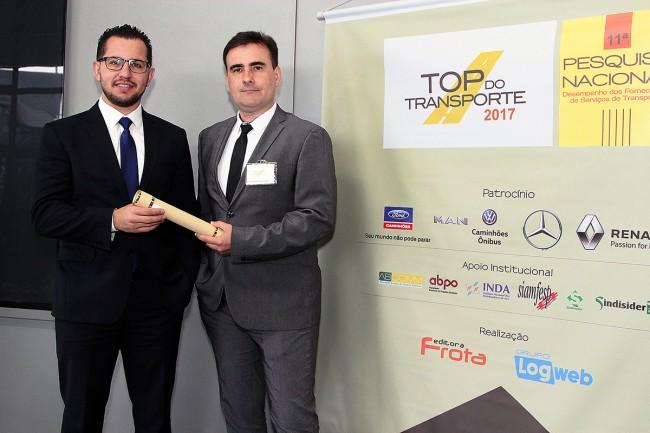 Gerente Comercial de Encomendas, Rogério Wagner Silva (à direita), recebe o certificado pelo prêmio TOP do Transporte 2017