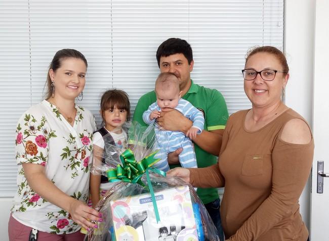 Profissional Leandro junto com sua família e Ana Claudia Carvalho