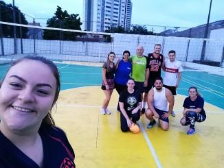 Colaboradores de Ponta Grossa jogam vôlei e dão continuidade ao projeto que visa a prática de esportes.